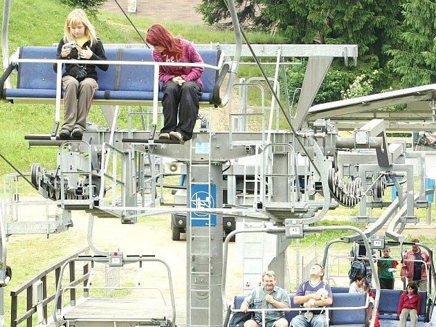 Lanovka na Tanvaldský Špičák jede v pátek, sobotu a neděli od 10 do 17 hodin každou hodinu.