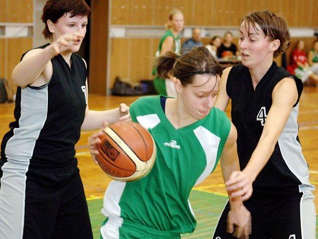 Domácí hráčka Míša Dvořáková  se prodírá skrz hráčky Boháčkovou (vlevo) a Podružilovou.