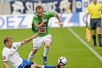FK Baumit Jablonec FC Baník Ostrava 2:1. Na snímku domácí obránce Tomáš Jablonský (v zeleno bílém) obchází ostravského Adama Varadiho (vlevo na zemi).