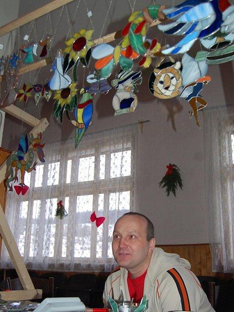 Své zboží nabízel i Stanislav Menšík z Huntířova. Největší zájem byl o skleněné andílky.