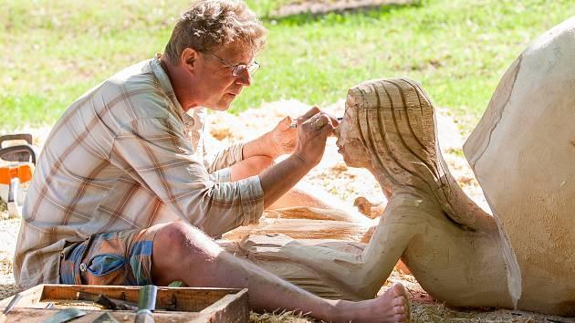 Muž vytváří umělecké dílo z kmenu na dřevosochařském sympoziu, které pokračovalo 10. května v Desné na Jablonecku. Výtěžek z aukce děl letošního ročníku bude věnován na obnovu Riedelovy hrobky a na vybudování vyhlídkové plošiny v lokalitě Souš.