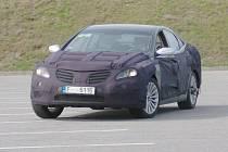 Kamuflážovaný automobil se prohání po silnicích v Libereckém kraji.