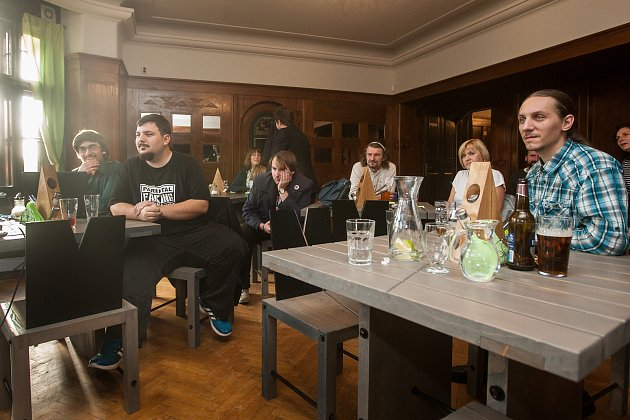 Zástupci České pirátské strany sledují 21.října vJablonci nad Nisou výsledky voleb do Poslanecké sněmovny Parlamentu České republiky.