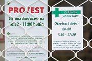 Někteří lékárníci se 18. října připojili ke stávce praktických a dětských lékařů a ambulantních specialistů. Na snímku je vylepené protestní oznámení na zavřené lékárně v Jablonci nad Nisou.