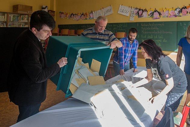Volební komise vysypává 6.října vjednom zokrsků vJablonci nad Nisou urnu shlasy ve volbách do zastupitelstva a doplňovacích volbách do Senátu Parlamentu České republiky.