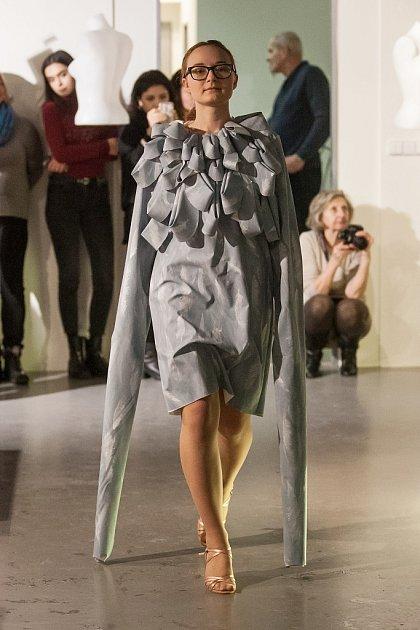 Módní přehlídka semestrálních prací studentů Katedry designu při Technické univerzitě vLiberci zahájila 16.ledna výstavu Textil a oděv vGalerii N vJablonci nad Nisou.