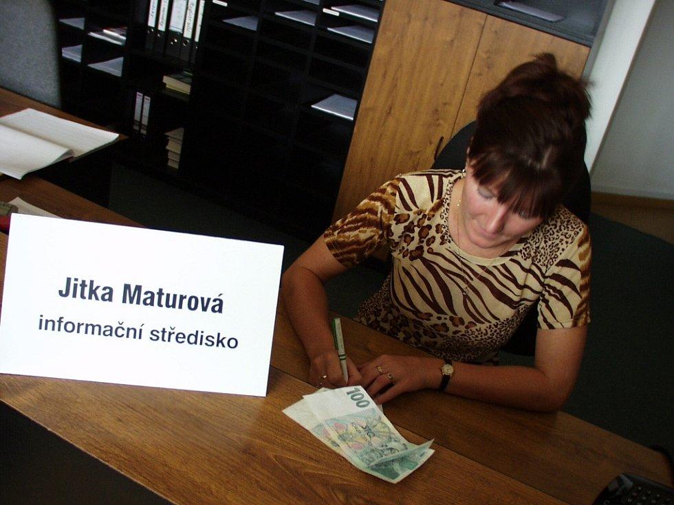 Jitka Maturová přijímá finanční pomoc v Informačním centru jablonecké radnice. I touto formou mohly jablonečané přispívat při ničivých povodních v roce 2002.