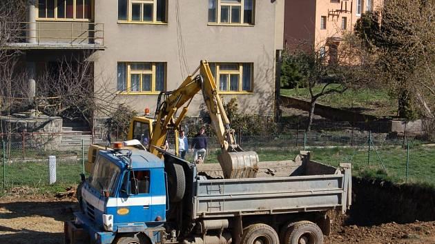 Pohled na začátek výstavby. Děti nahradily stroje.