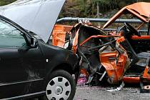 Smrtelným a těžkým zraněním skončila nehoda dvou osobních aut mezi odbočkou na Bratříkov a Loužnicí na Železnobrodsku.