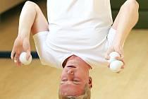 Mág a iluzionista Zdeněk Bradáč z Jablonce nad Nisou opět přepsal historii Guinnessových rekordů. Dokázal žonglovat se třemi míčky zavěšený na hrazdě v čase 6 minut a 46 vteřin a míček chytil 1276 krát. Třetím rekordem bylo žonglování se čtyřmi míčky.