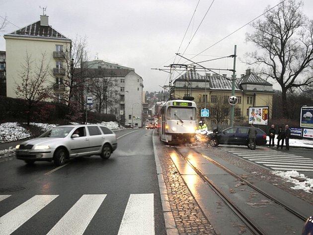 V pondělí kolem třetí hodiny odpolední nedal dvaapadesátiletý řidič Škody Octavia přednost tramvaji v Jablonci.