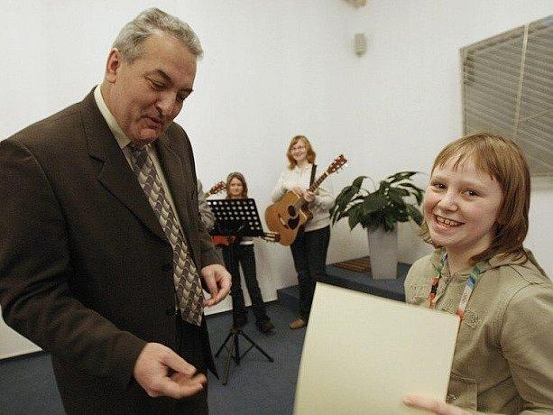 Múza se jmenuje soutěž mladých básníků a spisovatelů z Jablonecka. Její slavnostní vyhodnocení proběhlo v pondělí 26. ledna v obřadní síni na radnici v Jablonci. Diplom nejúspěšnější básnířce Natálii Šimůnkové předal starosta Jablonce Petr Tulpa.