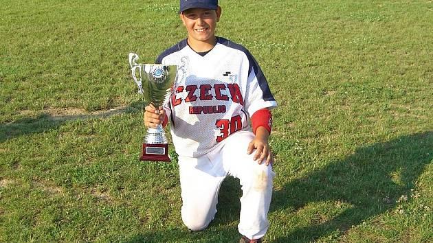 Lukáš Roubíček s pohárem, který čeští baseballisté vybojovali na mistrovství Evropy hráčů do 12 let.