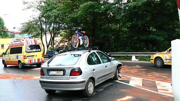 V sobotu kolem půl šesté večer došlo v ulici Tovární v Jablonci nad Nisou k dopravní nehodě. Čelně se střetl vůz Renault Megane stříbrné barvy s tmavomodrým vozem Saab 9000.