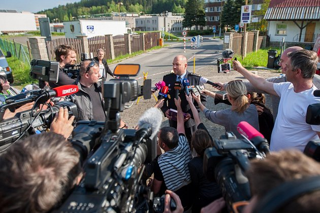 Ředitel Věznice Rýnovice Vlastimil Kříž a tisková mluvčí Monika Králová předstoupili v17.15vneděli 21.května před novináře.