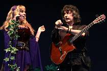 Blackmore's Night v roce 2009 na Sychrově -  vlevo zpěvačka Candice Night, vpravo geniální kytarista Ritchie Blackmore