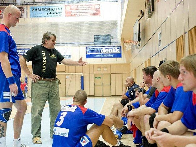 Jablonečtí házenkáři. Na snímku domácí trenér František Dědeček udílí pokyny svým svěřencům.