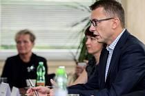 Tisková konference v jablonecké teplárně Jablonecká energetická, kterou nyní kompletně vlastní Jablonec nad Nisou. Ředitel společnosti Pavel Spilka (v brýlích).