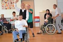 TERAPIE TANCEM, to je aktivita, kterou připravili pro obyvatele Domova důchodců v Jabloneckých Pasekách pod vedením terapeuta Pavla Velety. V pondělí dopoledne se tu konala závěrečná hodina tříměsíčního kurzu.