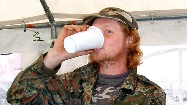 Kvůli prohibici se museli na Novoveské pouti obejít bez kořalky. Pilo se hlavně pivo, z alkoholických nápojů si návštěvníci mohli koupit ještě víno.