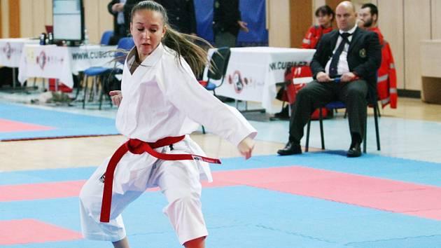 Karate se věnují také děvčata, s půvabem sobě vlastním.