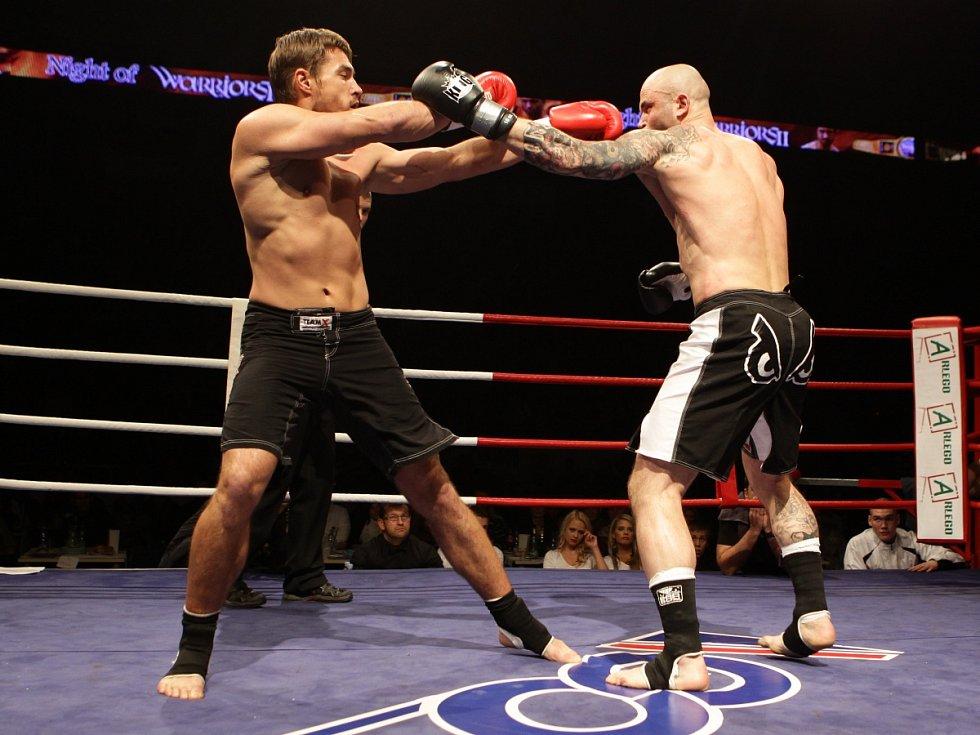 Night of Warriors II v Tipsport areně. Na snímku Petr Kareš (Iron Fighters) a vpravo Radim Kušnirak (BFC Liberec).
