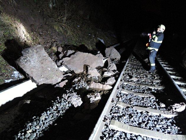 Sesuv kamenů na trať v Košťálově u Semil zastavil dopravu na tři hodiny.