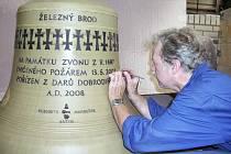Petr R. Manoušek, zvonař, jehož díla zní i po Evropě, pracuje na zvonech pro železnobrodskou zvonici.