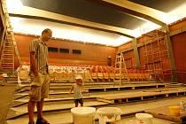 David Pešek převzal vedení KC Kina v létě loňského roku. Již tehdy zastupitele informoval, že čas digitalizace se blíží. V sále kina proběhly drobné úpravy – zmizely přední řady sedadel, které nahradila plážová lehátka, křesla a pohovky. Vznikl doslova ma