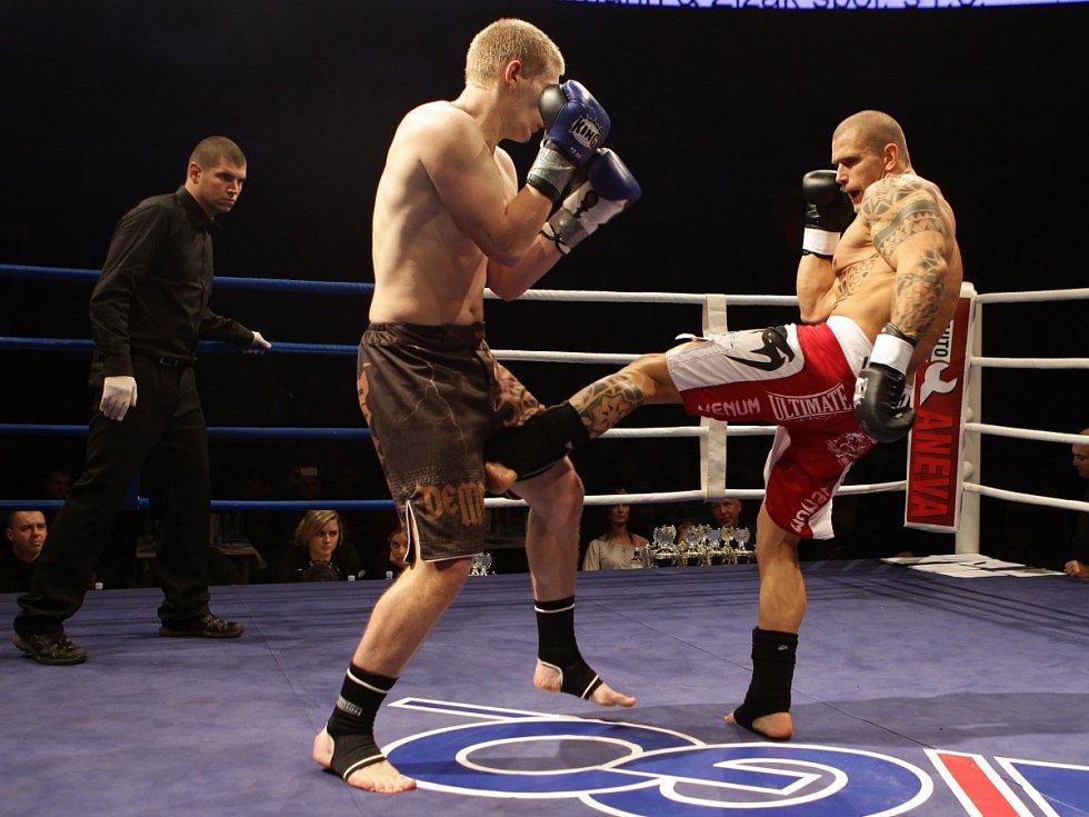 Night of Warriors II v Tipsport areně. Na snímku Pavel Ševčík (Iron Fighters) a vlevo David Koutný (Olomouc).