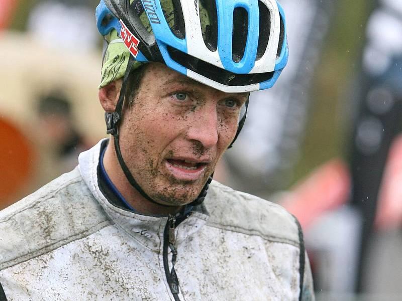 V sobotu 8. října se v Josefově Dole na Jablonecku konal už 16. ročník tradičního cyklistického závodu Nova Author Cup, který patří k závěrečným měřením sil v sezoně. Na start  závodu se v deštivém počasí postavilo více jak tři a půl  tisíce závodníků.