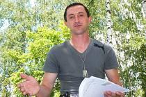 Petr Škoda narozený 14. 11. 1974 z Jablonce má jmenovce, který se narodil ve stejný den. Už od roku 2004 různým soudům vysvětluje, že jde pouze o shodu jmen, a nehodlá za jmenovce jeho dluhy platit.