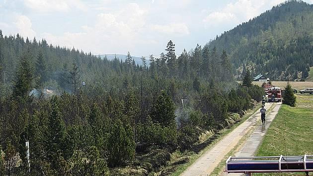 Úterní požár na Jizerce zničil 10 500 metrů čtverečních lesního porostu