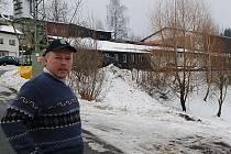 Josef Šourek pózuje před stavením farmy Filoun. Uvnitř stáje je 65 kusů skotu, z toho 25 krav.