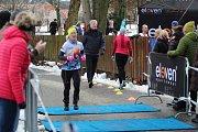 Čtvrtý ročník Silvestrovského běhu kolem tří jabloneckých přehrad letos zvládly stři stovky účastníků.