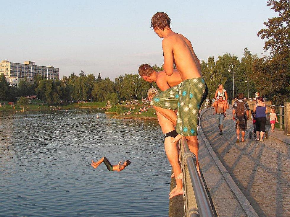 Z hráze jablonecké přehrady je skákání zakázáno. Cedule se zákazem někdo ukradl po dvou dnech. Přesto není výjimkou, že z výšky do vody skáčou celé skupiny náctiletých.