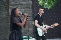 Koncert zpěvačky Moonlight Benjamin před jabloneckým Eurocentrem