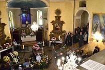 Poslední rozloučení s akademickou malířkou Ivanou Houserovou v kostele sv. Josefa na Krásné.