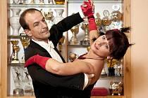 Hodiny tvrdé průpravy při nácviku standardních tanců v TOPDANCE si pro reportáž vyzkoušela i šéfredaktorka Jabloneckého deníku Lenka Střihavková. Na snímku s Liborem Jägerem.