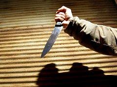 Nůž v ruce útočníka. Ilustrační snímek