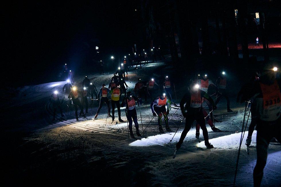 Páteční program nočního závodu rozsvítilo téměř 300 čelovek.