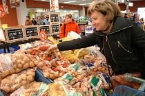 K českým tradičním a oblíbeným přílohám patří brambory. V nabídce bývají tři sorty A, B, C nejen z produkce českých zemědělců. Už za několik týdnů se objeví první rané brambory. Jejich cena za kilo se přiblíží ceně za exotické ovoce.