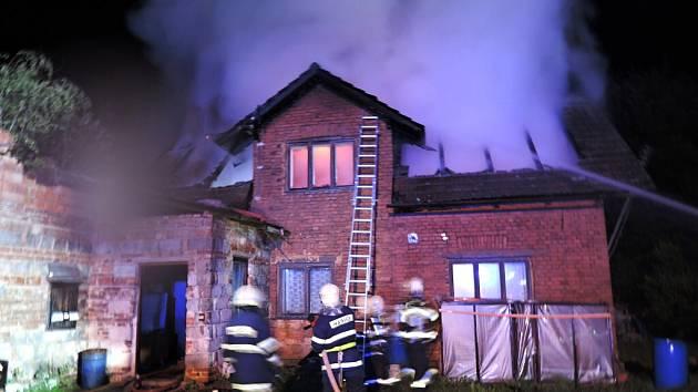 Při nočním požáru rodinného domu v Nové Vsi nad Popelkou na Semilsku objevili hasiči torzo ohořelého těla.