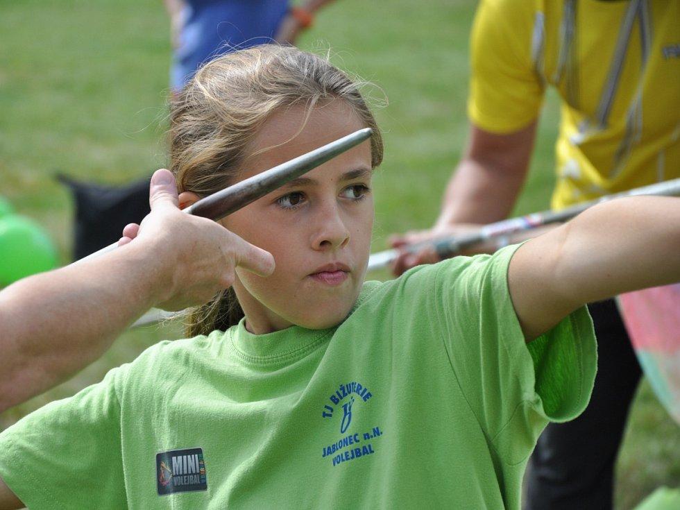 Atletika má v Jablonci dlouholetou tradici. Děti si mohly vyzkoušet proběhnout překážkovou dráhu, skok o tyči nebo třeba hod oštěpem.