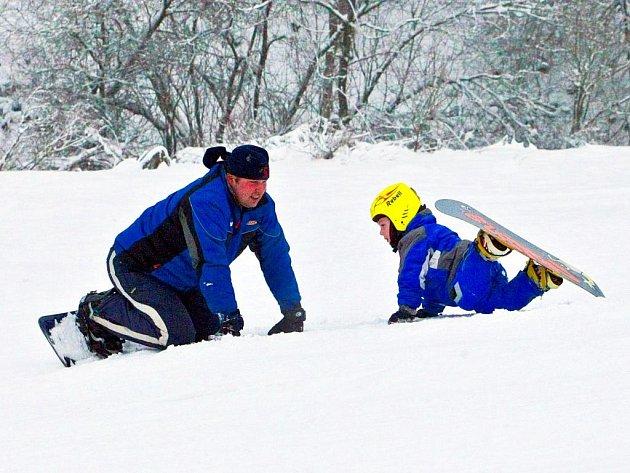 Denní i večerní lyžování si mohou sjezdaři v těchto dnech užívat také v lyžařském areálu v Lučanech nad Nisou. Sjezdovka, která patří městu, je otevřená denně od 9 do 16 hodin. Od 18 do 21 hodin je pak možné vyrazit do Lučan na večerní lyžování.