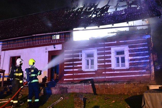 Ve Skuhrově na Semilsku hořela chalupa.