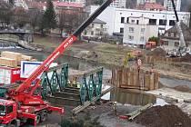 Stavba provizorního mostu přes Jizeru v Železném Brodě
