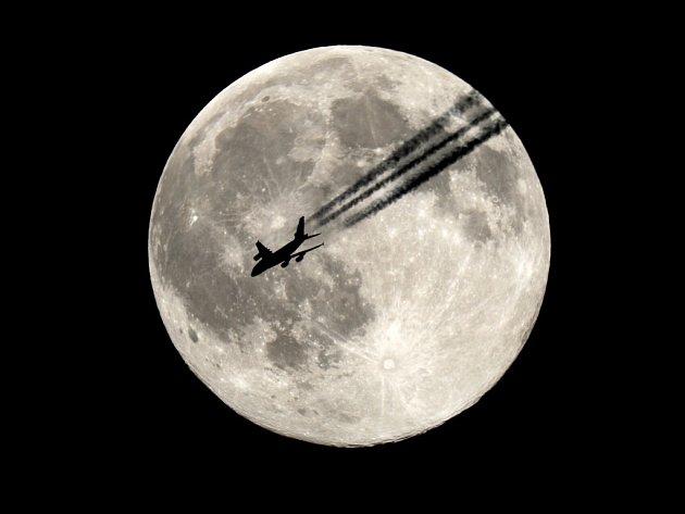 ÚPLNĚK. MOZEK SROVNÁVÁ ZNÁMÉ OBJEKTY na obzoru s Měsíce. Vysoko na obloze, kde srovnání chybí, se Měsíc jeví menší. Astrofotografie Měsíce s letadlem A380 Emirates airlines.