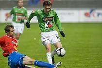 Domácí FK Baumit Jablonec hostil družstvo z popředí tabulky FC Viktorii Plzeň. Na snímku hostující Jakub Navrátil ( vlevo v červeno modrém ) se snaží zastavit pronikajícího domácího útočníka Davida Lafatu (vpravo v zeleno bílém).