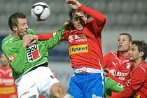 Domácí FK Baumit Jablonec hostil družstvo z popředí tabulky FC Viktorii Plzeň. Na snímku hostující obránce Tomáš Rada  ( vpravo v červeno modrém ) v hlavičkovém souboji s domácím Jiřím Krejčím (vlevo v zeleno bílém).